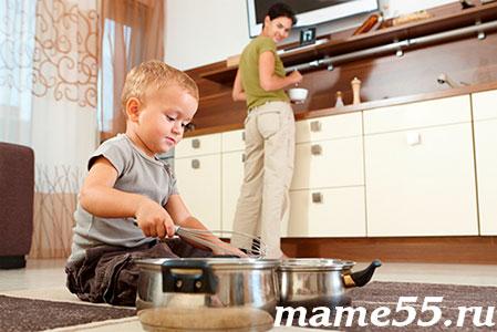 мама готовит с ребенком