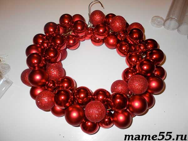 рождественский венок из елочных шариков