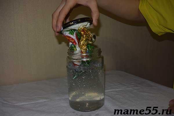 Помещаем в банку с водой и глицерином новогоднюю композицию