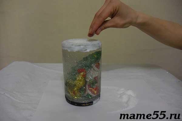 Посыпаем соль на поверхность с клеем