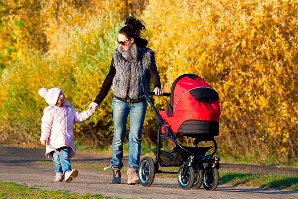 Как забирать ребенка из садика с младенцем на руках